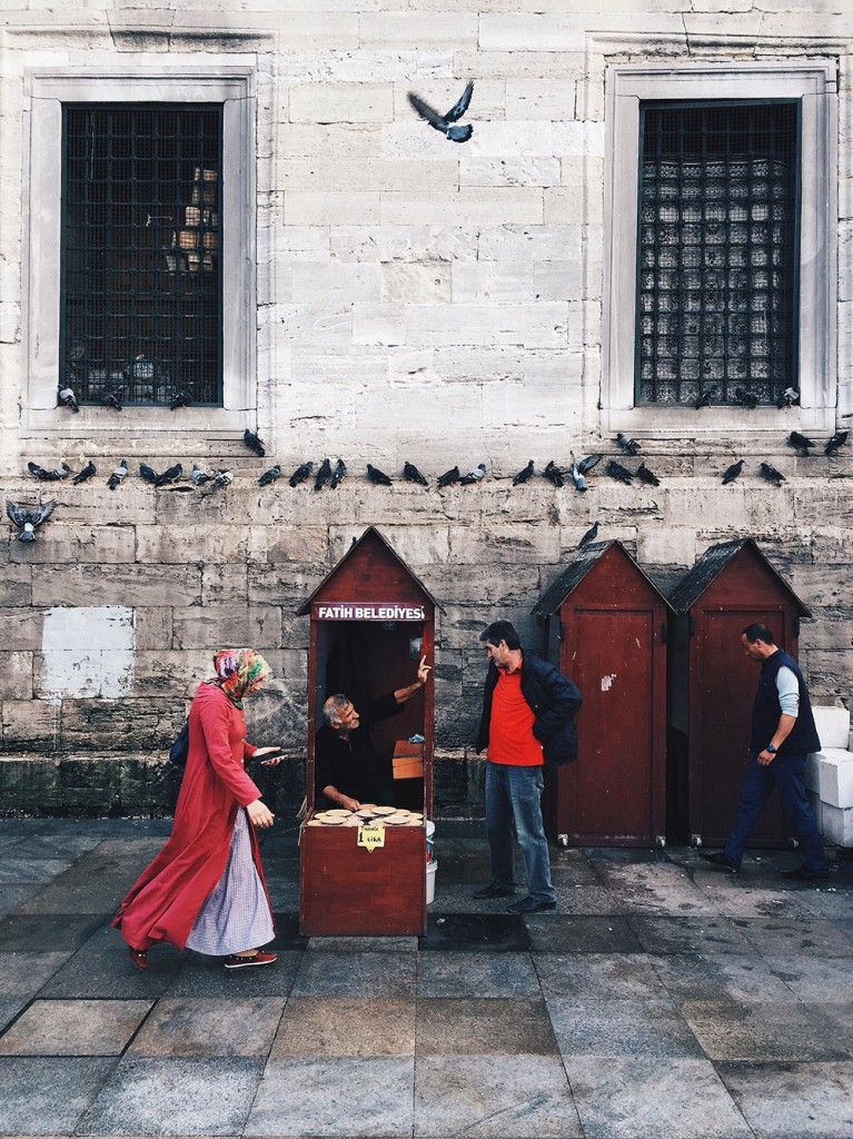 PIGEON FOOD STAND by Lin Xu Voyage-aventure